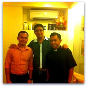 Donor seminarian Marcelino Rapayla (left side) and Recipient Fr. Ernie Dayanan (right side). Their story is really a novel to write. One day when I write my memoirs... I surely will share their story. Truly inspiring! Dr. Alvin Roxas (center) said